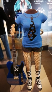 """Diese Klamotte hat Avril Lavigne in ihrem Videoclip zu """"Girlfriend"""" getragen..."""