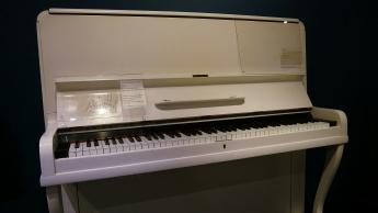 Zum Beispiel ein Klavier des großen Elton John (kein Kanadier)...