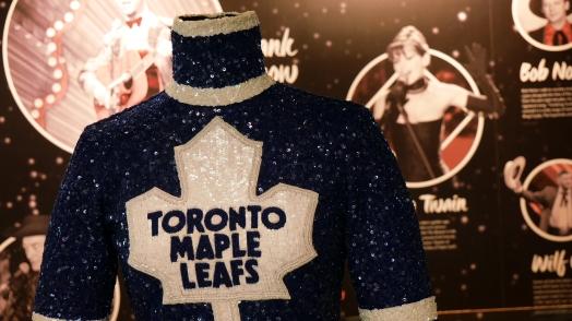 """Und diese extravagante NHL-""""Fankleidung"""" gehört Shania Twain (die da im Hintergrund)."""